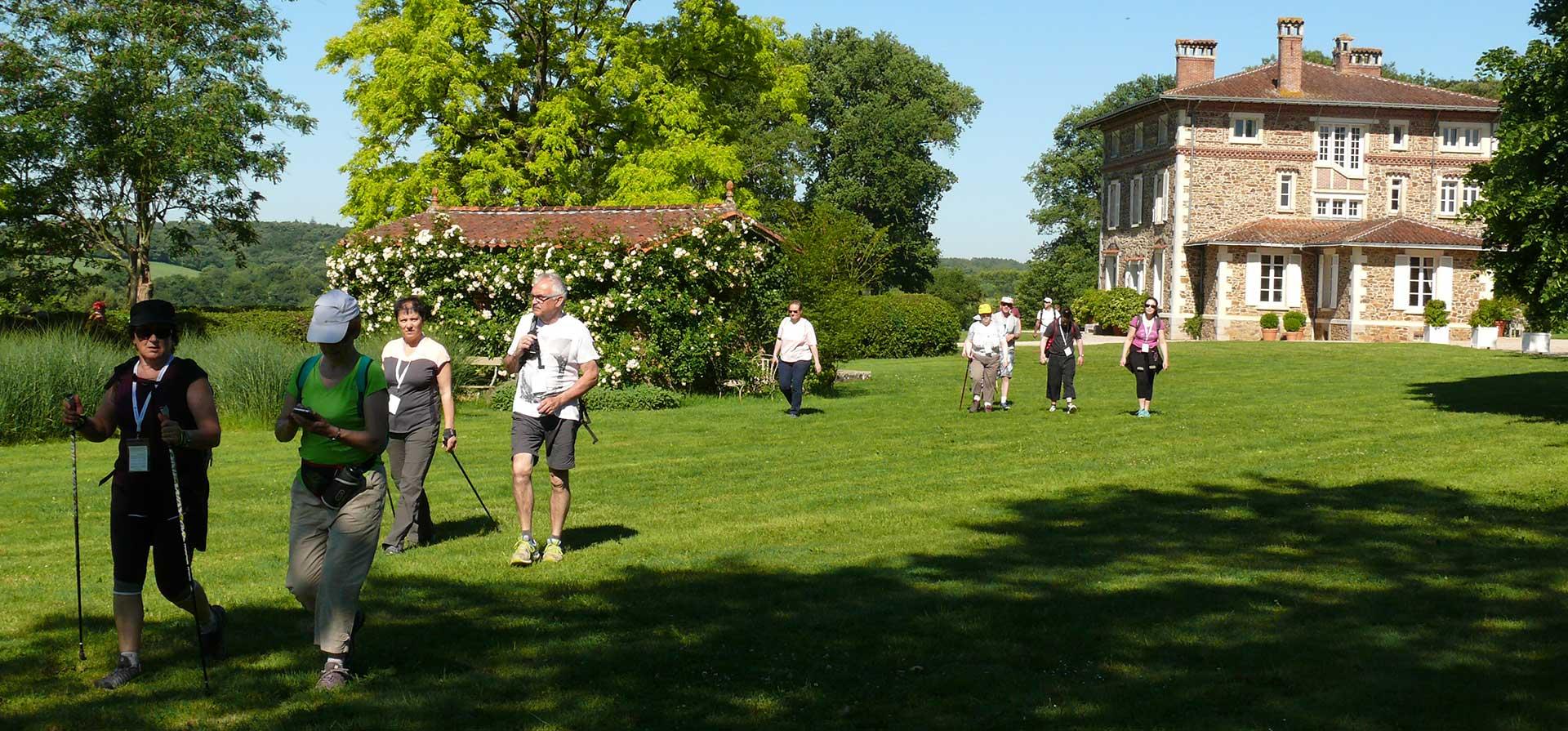 Randonneurs lors de marche dans la demeure de L'auneau à Chantonnay